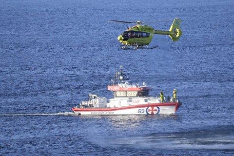 Redningsskøyta og helikopter i Salhusfjorden fredag førre veke.