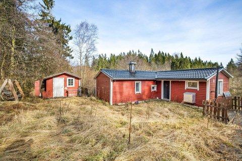 Denne hytta på Håtuft ligg 10 minuttars gange frå parkeringsplass, har ikkje vatn eller straum. Likevel kom mange på visning.