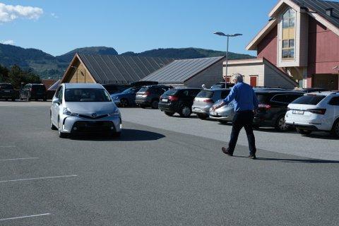 Fleire måtte ha hjelp til å finne ledig parkeringsplass.