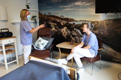 Hjelpepleiar Elin Vågenes (t.v) og sjukepleiar Gudrun Guddal viser fram eit av romma på avdelinga.