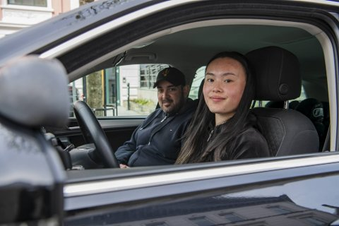 Trafikklærar Jesper Paus og elev Nora Pile Hauge er oppgitt over dei heilt uføreseielege moglegheitene for oppkjøring.