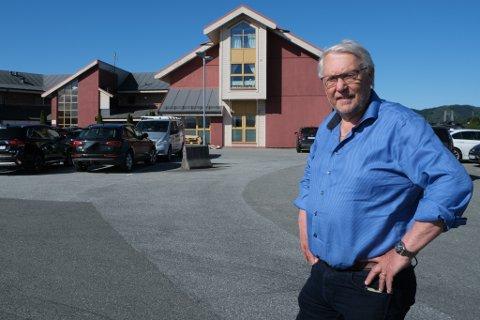 Eigar av Kvassnesvegen 48 og dei gamle legevaktlokala, Olav Kåre Vatnøy. Han ser fram til å få på plass to nye helsetilbod i bygget.