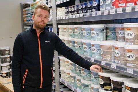 Butikksjef i Jernia på Knarvik senter, Marius Greve, viser fram dei mest populære innandørsmålingane.