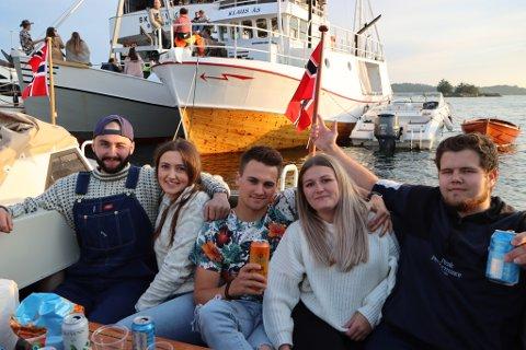 Frå venstre: Brede Olsvoll (22), Celin Rosenlund (23), Joakim Myksvoll (22), Mariel Børslid (22) og Vegard Helgesen (21). Alle saman koste seg om bord i båten til Joakim under Gunslingers-konserten.