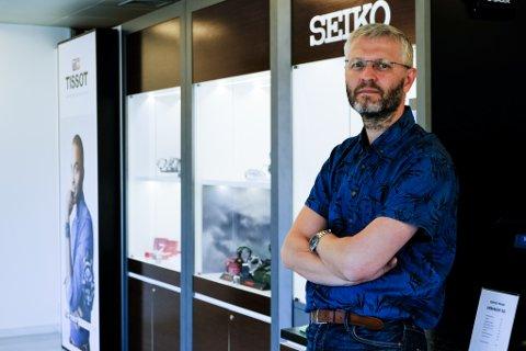 Urmakar i Urmakar TSS på Frekhaug, John Andre Bjørndal. Han har drive klokkeforretninga sidan 2016. No skal han jobbe i Åsane.