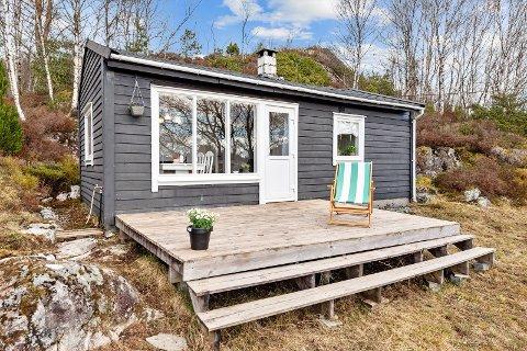 Denne vesla hytta ligg sentralt på Alversund.