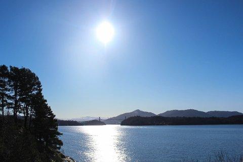 Sol og fint vêr i Kvernafjorden på ein fin sommardag.