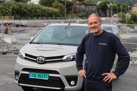 Arne Lundøy med den mobile verkstaden sin framfor staden der dei gamle lokala hans låg-