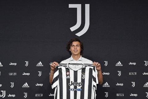 Her har Martin Palumbo fått den kvite og svarte drakta til Juventus.