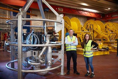 Arne Thilesen og Emma Dyrhovden, som arbeider med design og konstruksjon av pumpeutstyret på Framo Flatøy.