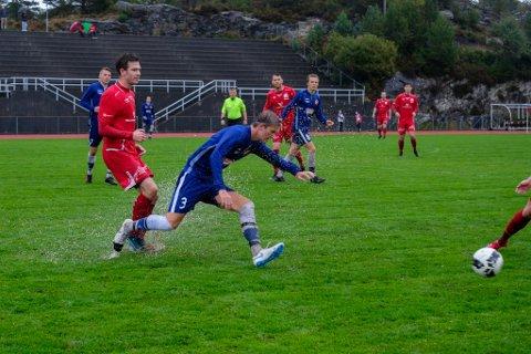 Kampen mellom NBK og Frøya på laurdag blei den våtaste heimelaget har opplevd denne sesongen. På midtbanen spruta det i duellane.