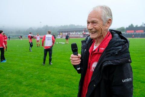 Gjennom 37 sesongar har Arne Helland vore NBK-speaker på Knarvik stadion. No er han inne i sin trettiåttande sesong.
