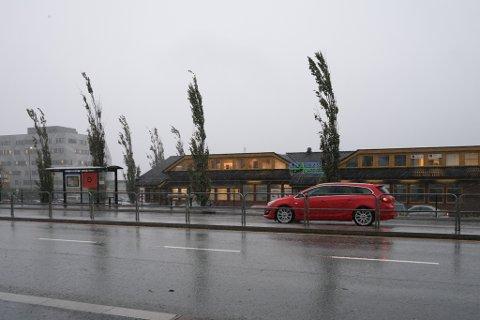 Det blåser og styrtregnar utanfor Knarvik senter torsdag morgon. Utover dagen kjem vinden til å bli kraftigare, ifølge vakthavande meteorolog, Susana Reuder.