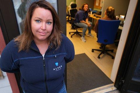 Vanessa Saglien har jobba ved koronasenteret i Knarvik sidan pandemien byrja. Ho fortel at det har vore travle dagar på kontoret.