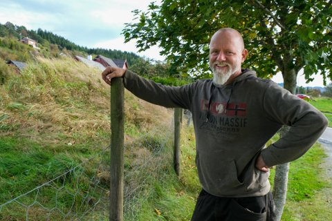 PERLER FOR SVIN: Dagleg leiar ved Spurkeland Vikinggard, Ole Kristian Kjenes, står framfor jordhaugen der dei fann vikingkvinna. Ho blei blant anna gravlagt med fleire titals perler. I dag er graven hennar i grisebingen på Spurkeland Gard.
