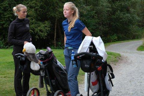 Ingeborg Hovland (16) frå Voss Golfklubb (venstre) og Sarah Leirstein (16) frå Fana Golfklubb spelte i same flight under Narvesen-touren ved Meland Golfklubb. Hovland stakk til slutt av med sigeren.