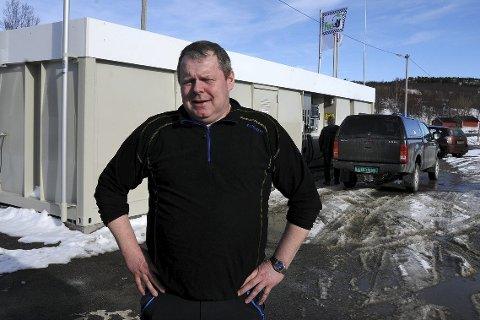 Budsjett: Øyvind Johansen har budsjettert med et drivstoffsalg på 300.000 liter det første året. Det burde gå, mener han. Tankanlegget er på 40.000 liter og ligger like ved E6 på Storjord i Tysfjord. Foto: Øyvind A. Olsen