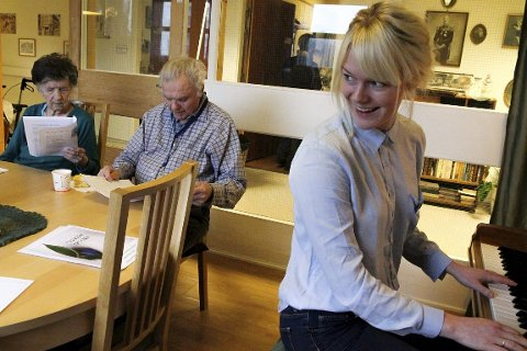 Allsang: Kulturleder Ingeborg Selnes legger akkordene på ei Jens Book Jenssen-låt, mens Odd (91) og Maren (91) synger med.   Alle foto: Sofie braseth