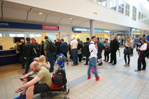 Mange passasjerer sto i kø ved skrankene hos Norwegian idag i forbindelse med forsinkelsen.