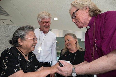 Biskop Tor B Jørgensen (til høyre) i  samtale med atombombeoverlevende Koko Kondo sammen med biskopene Heinrich Bedford-Strohm fra Tyskland og Mary Ann Swenson fra USA.