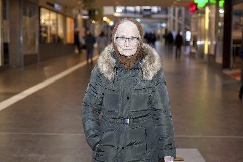 I glasshuset: Shirley Bottolfsen lover å legge inn høygiret for å få realisert drømmen til Bill om å få se igjen datteren sin. Foto: Jan Roger Olsen