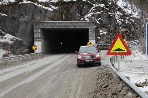 På sørsiden av Saksenviktunnelen ble vogntoget stående på E6, selv da veien ble åpnet for trafikk.