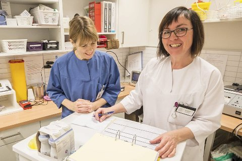 Kvalitet: Sykepleierstudent Wenche Kilvik (45) og sykepleier Audhild Duvsete (51) jobber på Gildeskål bo- og omsorgssenter, her med å dobbeltsjekke at innholdet i medisindosettene stemmer med medisinlistene.Foto: Johan Votvik
