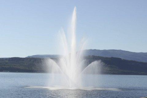 Skal settes opp: Fontenen i Fauske sentrum skal blåse vann rett til værs for 100.000 kroner i året. Foto: Tore John Andreassen