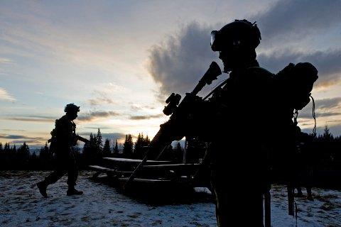 RENA 20071107 Soldater fra Forsvarets Spesial Kommando ,  FSK under øvelse ved Rena Leir i Østerdalen. Soldater med våpen i silhuett mot lys himmel. Foto: Cornelius Poppe / SCANPIX