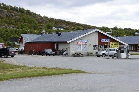 Under oppsikt: Statens vegvesen har lenge holdt Leinesfjord bensinstasjon under oppsikt. Nå blir stasjonen trolig anmeldt. Lokalbefolkningen advares mot konsekvensene av å bruke ulovlig tilbud.