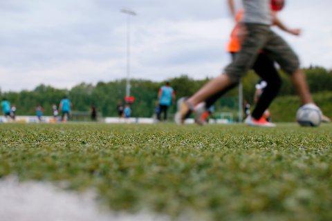 Mørkvedlia kunstgressbane skulle vært ferdigstilt med nytt gress denne uka. Nå skaper forsinkelsen store problemer for fotballen i Bodø.