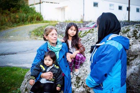 Kirsten Fjellanger med barna Sahar og Soheil Akbari. Ozra med ryggen til