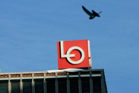 LO-logoen på toppen av Folkets Hus ved Youngstorget i Oslo.