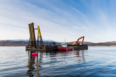Arctic Seaworks var ledende innen onshore entreprenørvirksomhet i Nord-Norge. Her er en av deres unike lektere i arbeid i Tromsøysundet.