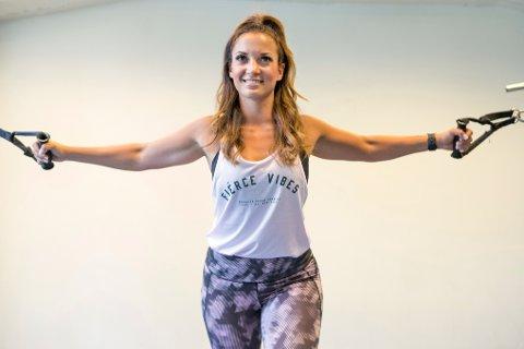 Kvinne trener i treningsstudio.