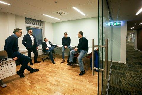 Bodøbedriften Extensor er hjemkjøpt fire år etter at majoriteten av bedriften ble solgt til et selskap sørpå. Odd-Emil Ingebrigtsen, Runar Knudsen, Svenn Are Jenssen og Jan Seiring er i investorgruppa, sammen med gründer Jørn Johansen (t.h.)
