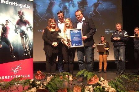 PRIS: Her står Maiken Benjaminsen Urving, Geir Næstby og Margrethe Vinje med idrettspresident Tom Tvedt og deres helt ferske pris Grasrotprisen 2016.