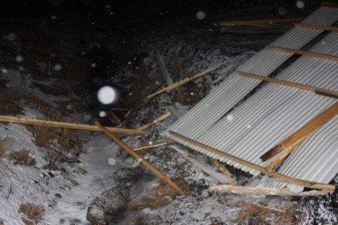 Vinden blåste taket flere meter unna boksene.