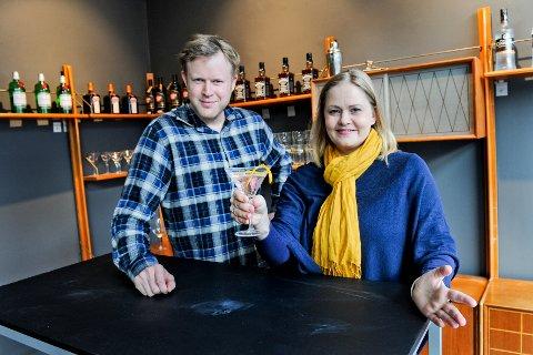 Bare cocktails: Vemund Thoe og Cathrine Persson i Bodø Kunstforening ønsker velkommen til en ekte 70-talls cocktailbar fra klokken 18.00 i ettermiddag.