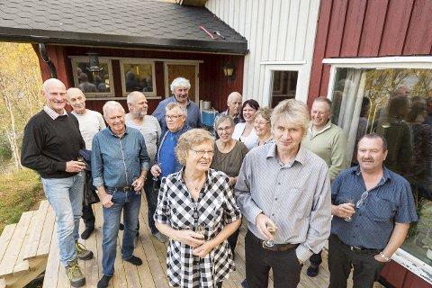 Takket med åpent hus: Rigmor Kristoffersen og John Breivik foran dugnadsfolk og familie på den nye verandaen. Huset har fått nytt tak etter en støtteaksjon som innbrakte over 100.000 kroner, inkludert rause priseavslag på varene.