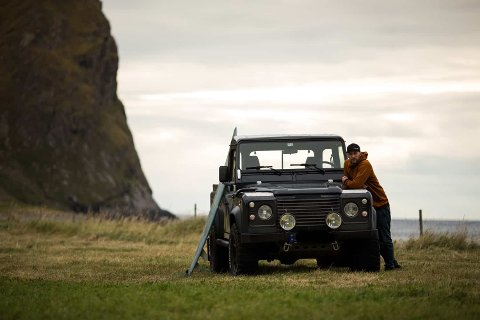 Kent Andre Aagnes fra Bodø sammen med bilen han har brukt et drøyt år på å bygge.