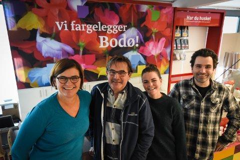 FAMILIE: Søskenene Siv (t.v.) og Trond (nr. to fra venstre) jobber nå sammen i Malerstua. Tronds datter Gitte (nr. tre fra venstre) og sønn Stian (t.h.) jobber også i butikken.