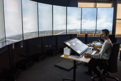 Nytt: Kenneth Mollan Hansen ser direktebildene fra Røst, som er den første lufthavna som skal inn i tårnsenteret.