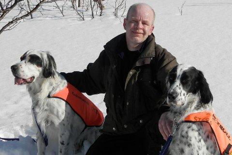 Roy Arvid Edvardsen fra Kjøpsvik med begge hundene Stegg og Zico.