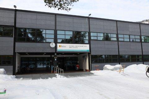 Det var trusler om skyting på Saltdal videregående skole som utløste en væpnet politiaksjon. Den siktede mannen i slutten av 60-årene benketer å ha framsatt truslene.
