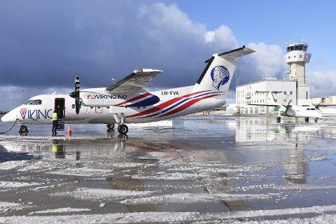 Med Widerøe i hælene: Her har et Widerøe-fly landet like etter FlyVikings første landing i Bodø mandag.
