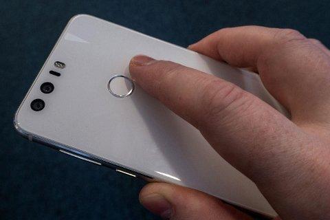 Politiet kan i fremtiden tvinge deg til å bruke fingeravtrykk eller andre former for opplåsingsmekanismer på mobilen din, slik at de kan få tilgang til innholdet ved beslag og ranssaking.  Foto: Magnus Blaker / NA Bilder