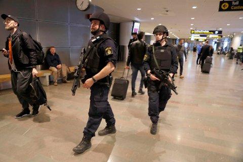 MER SIKKERHET: Væpnet politi var godt synlig på Arlanda flyplass utenfor Stockholm. Det meldes om strengere kontroller, og nordmenn bes ta med pass når de besøker nabolandet.
