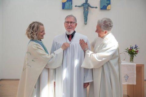 Prest Maja Skålvold og menighetspedagog Marita Elvemo Sivertsen sørger for at Arne Thysnes blir konfirmert i Hunstad kirke.