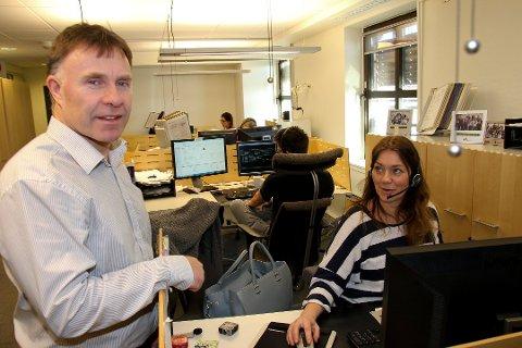 Gjensidiges kundesenter i Bodø legges ned ved årsskifte. Leder ved kundesenteret, Sverre Haugland, sier at det er en tung dag for de ansatte. Her står han sammen med teamleder Signy Kvarsnes.